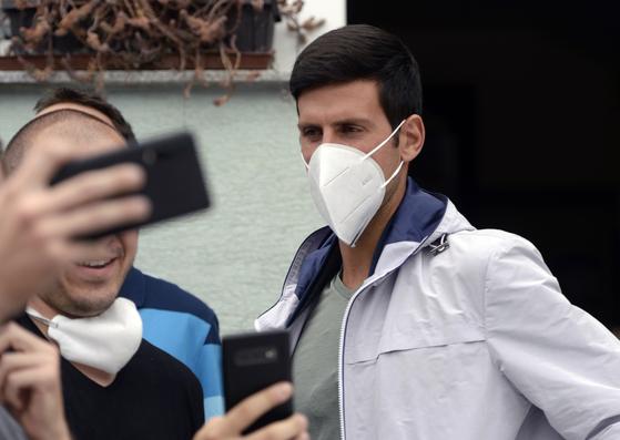 지난 6월말 코로나19 확진 판정을 받았던 조코비치가 완치 판정을 받은 후, 7월 14일 마스크를 쓰고 보스니아 비소코에서 모습을 드러냈다. [AP=연합뉴스]