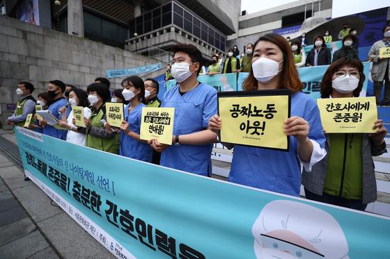 국제 간호사의 날인 12일 서울 종로구 세종문화회관 중앙계단에서 간호사 등 보건의료노조 관계자들이 간호사의 안전 및 인력 확충, 노동환경 개선을 촉구하고 있다. 뉴시스