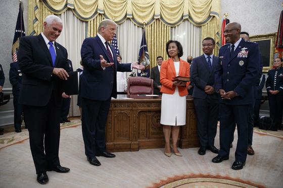 도널드 트럼프 미국 대통령(왼쪽에서 두번째)이 4일(현지시간) 백악관 오벌 오피스에서 열린 찰스 브라운 신임 공군참모총장의 취임선서 행사에서 브라운(오른쪽에서 두번째) 총장과 대화를 나누고 있다. AP=연합뉴스