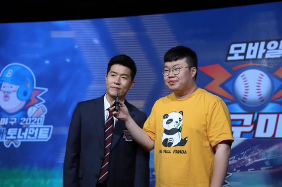 지난 31일 열린 BJ 봉준배 마구마구2020 토너먼트에서 마구마구2020 모바일 광고모델로 발탁된 김병현(왼쪽)이 인터뷰에 응하고 있다.