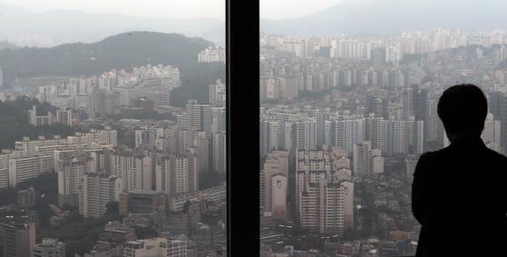 23번에 걸친 부동산 대책에서도 시장 불안은 가시지 않고 있다. 지난 5일 서울 영등포구 여의도 64아트에서 바라본 서울 아파트 모습. 뉴스1