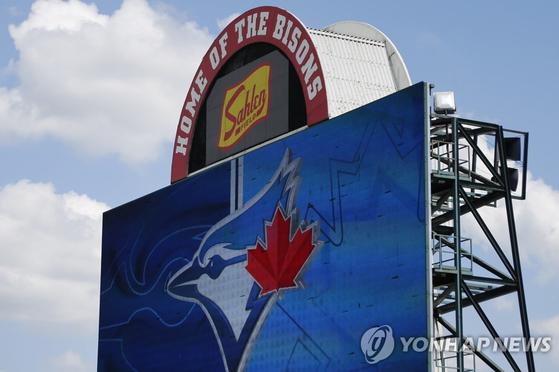 토론토가 올 시즌 임시 홈구장으로 사용할 샬렌 필드. 12일(한국시각) 개장 준비에 한창이다. [AP=연합뉴스]