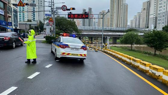 지난달 29일 교통 경찰이 부산 연제구 세병교의 차량 진입을 통제하고 있다. [사진 부산경찰청]
