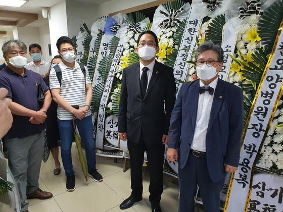 최대집 의협 회장(오른쪽에서 둘째)이 환자가 휘두른 흉기에 찔려 숨진 부산의 정신과원장 빈소를 찾아 조문했다.사진 의사협회