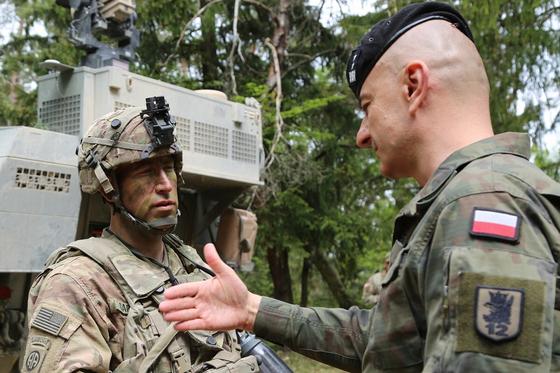 폴란드에서 연합 전투훈련을 진행 중인 미 육군과 폴란드 육군 장교. [사진 미 육군]