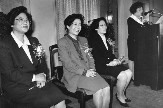 1993년 3월 22일 한국프레스센터에서 한국여성단체협의회 주최로 3명의 여성장관 탄생을 축하하는 여성계 모임이 열렸다. 송정숙 보사부 장관(우), 황산성 환경처 장관(중), 권영자 정무2 장관(좌).