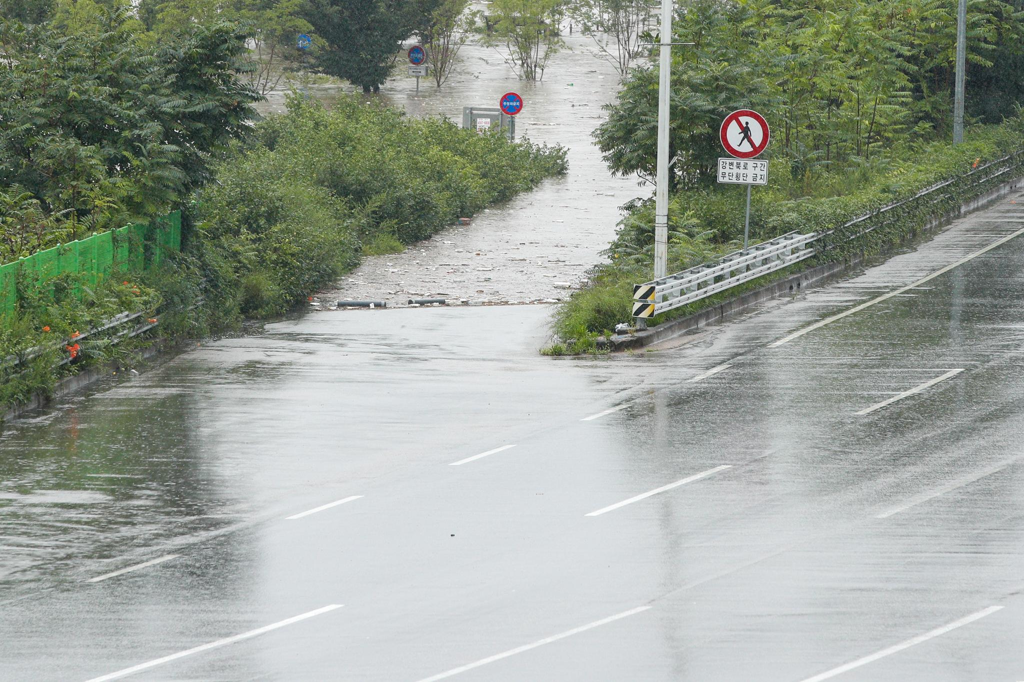집중호우로 출근길 서울 주요 도로 곳곳이 통제된 6일 오전 서울 강변북로 한강대교 구간이 통제된 가운데 강물과 부유물이 입구까지 차올라 있다. 뉴스1
