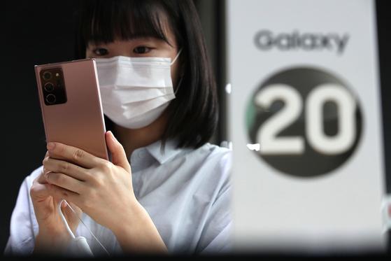 서울 광화문 KT스퀘어를 찾은 고객들이 삼성전자의 '갤럭시 노트20'을 살펴보고 있다. 뉴스1
