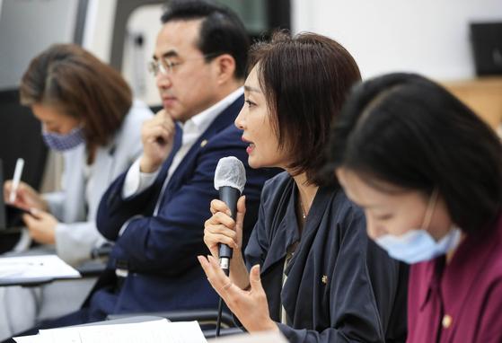 유정주 더불어민주당 의원이 지난 6월 24일 오후 서울 종로구 예술가의 집 다목적홀에서 발언하고 있다. 뉴시스