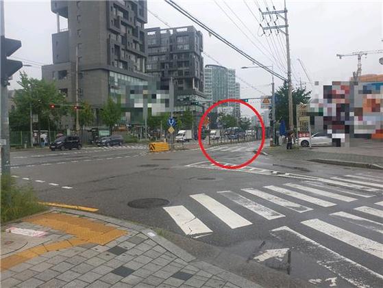 지난 1일 가수 임슬옹씨가 SUV 차량을 운전하던 중 횡단보도에서 빨간 불에 무단횡단하던 50대 남성 A씨를 들이받았다. 사진은 사고가 난 서울 은평구 수색로 삼거리 교차로 모습이다. 이우림 기자.