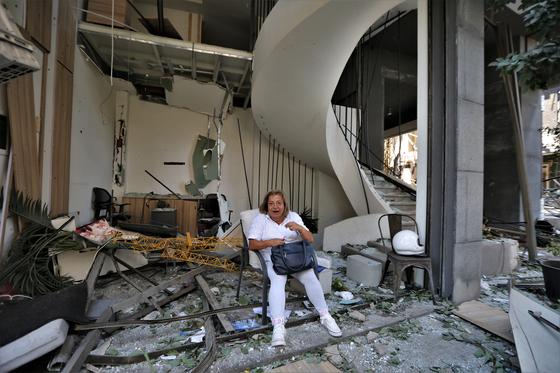 5일(현지시간) 레바논 베이루트에서 한 여성이 폭발로 파손된 건물 안에 앉아 있다. EPA=연합뉴스