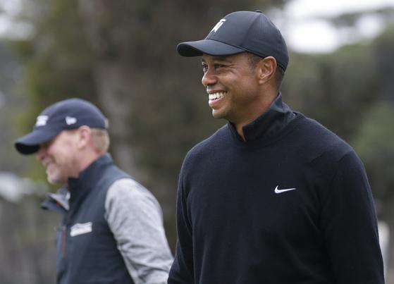 타이거 우즈(오른쪽)가 PGA 챔피언십을 앞두고 스티브 스트리커와 연습라운드 도중 웃고 있다. [UPI=연합뉴스]