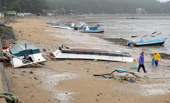 6일 오전 서해 중부 앞바다에 풍경보가 발효된 가운데 충남 태안군 고남면에서 강한 바람과 파도에 휩쓸린 어선들이 피해를 입었다. [사진 태안군]