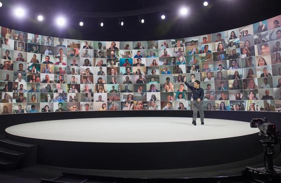 5일 삼성전자가 사상 처음으로 온라인을 통해 진행한 '갤럭시 언팩 2020' 행사에서 삼성전자 무선사업부장 노태문 사장이 온라인을 통해 참여한 갤럭시 팬들과 인사하고 있다. [삼성전자 제공]