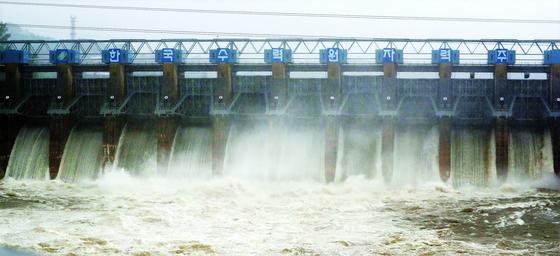 3일 장마전선의 영향으로 강원지역에 최고 200㎜가 넘는 폭우가 내리자 춘천댐이 수문 10개를 21m 높이로 열고 초당 2370톤의 물을 방류하고 있다. 연합뉴스