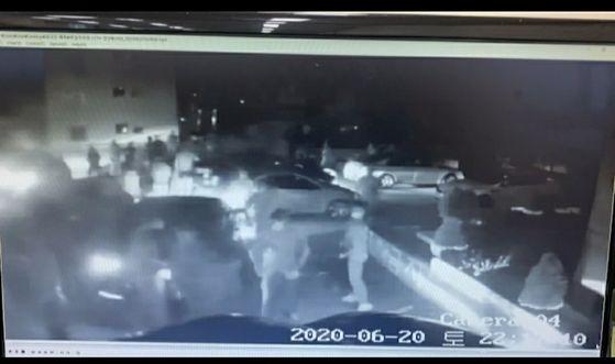 지난 6월 20일 김해 부원동의 한 주차장에서 고려인들이 집단 난투극을 벌이기 직전의 모습. 사진 경남경찰청