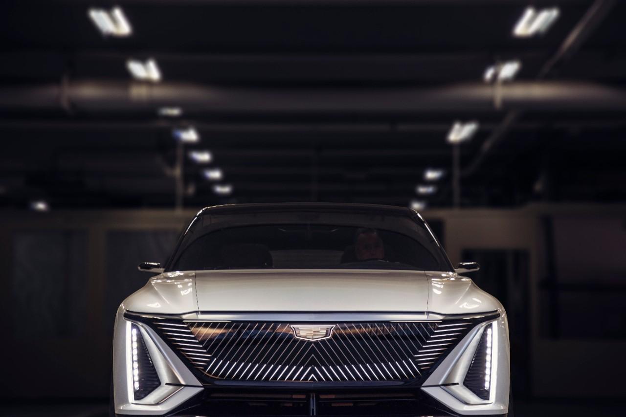 전면부는 '블랙 크리스털 그릴'과 수직으로 자리한 LED 램프가 특징이다. 새로운 캐딜락의 디자인 언어를 담았다. 사진 캐딜락