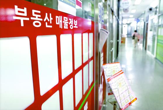 지난 5일 서울 송파구의 한 부동산중개업소 매물 정보 게시판이 텅 비어 있다. [연합뉴스]