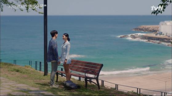 '사이코지만 괜찮아' 속 한 장면. 강원도 고성 카페 '시크릿블루'에서 촬영했다. 아야진 해변이 내려다보인다. [사진 tvN]