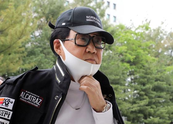 지난 5월 28일 오후 서울 서초구 대법원에서 열린 공개변론에 참석하는 조영남씨. [연합뉴스]