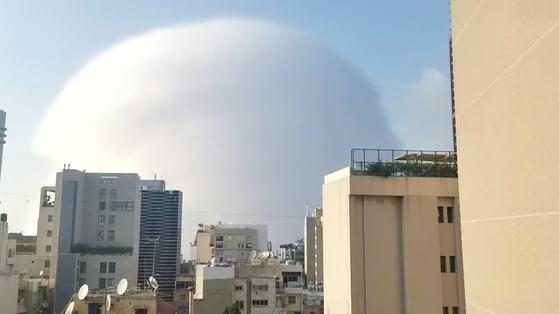 레바논 수도 베이루트에서 4일 발생한 대형 폭발로 주변 지역이 초토화됐다. 사진은 폭발로 인해 베이루트 상공에 충격파가 발생한 모습. 로이터=연합뉴스