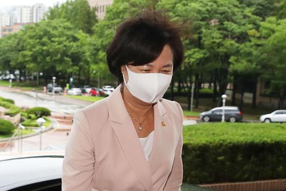 추미애 법무부 장관이 6일 오전 정부과천청사로 출근하고 있다. 장진영 기자