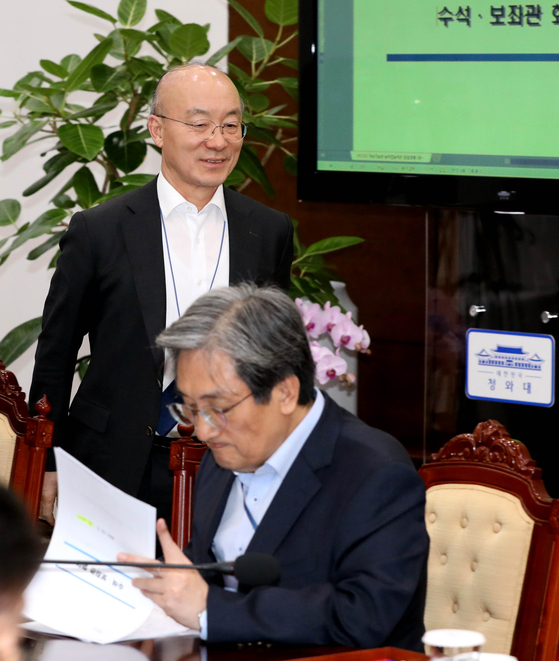 노영민 대통령 비서실장(오른쪽)과 김조원 민정수석. 청와대사진기자단
