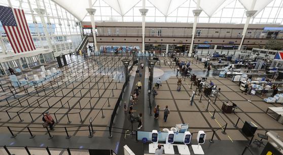 지난달 22일 미국 덴버국제공항 검색대 모습. 미국 정부는 코로나19 확산에 따른 위험을 전 세계 국가에 대해 미국인의 여행을 금지해왔으나, 6일(현지시간) 이를 해제했다. [AP=연합뉴스]