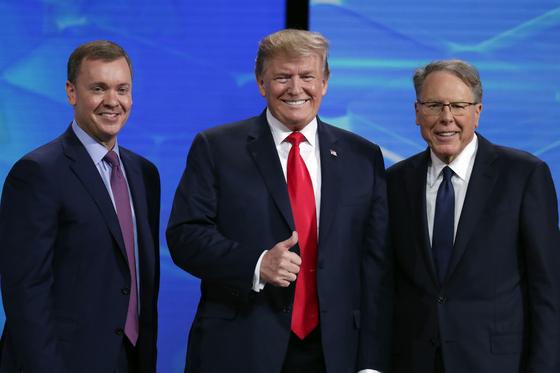 도널드 트럼프 미국 대통령(가운데)이 전미총기협회의 웨인 라피에르(오른쪽)최고경영자와 함께 촬영을 하고 있다. NRA 회원 상당수가 트럼프 대통령의 지지층으로 알려져 있다. [AP=연합뉴스]
