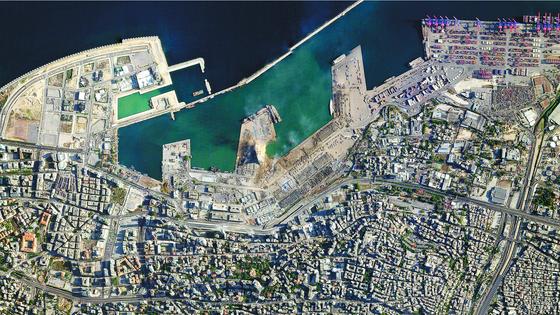전날 대형 폭발이 일어난 레바논 베이루트항의 5일(현지시간) 위성 사진 . [AP=연합뉴스]