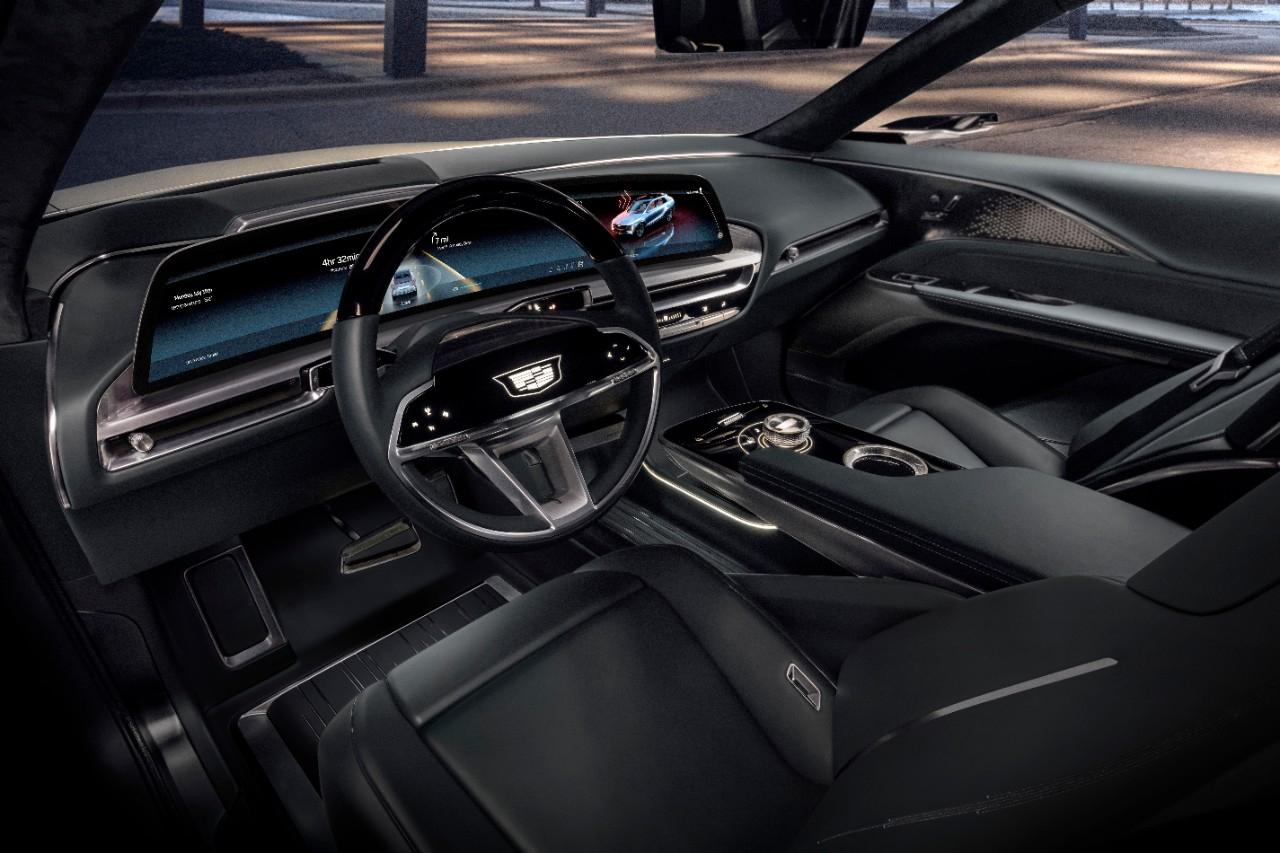 새로운 아키텍처를 적용해 운전자 중심의 통합기능을 제공한다. 운전적의 33인치 커브드 OLED 디스플레이는 LG전자가 공급한다. 사진 캐딜락