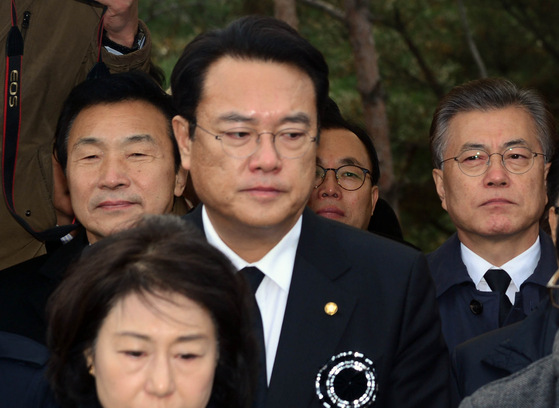 문재인(오른쪽) 대통령과 정진석(가운데) 미래통합당 의원. 사진공동취재단