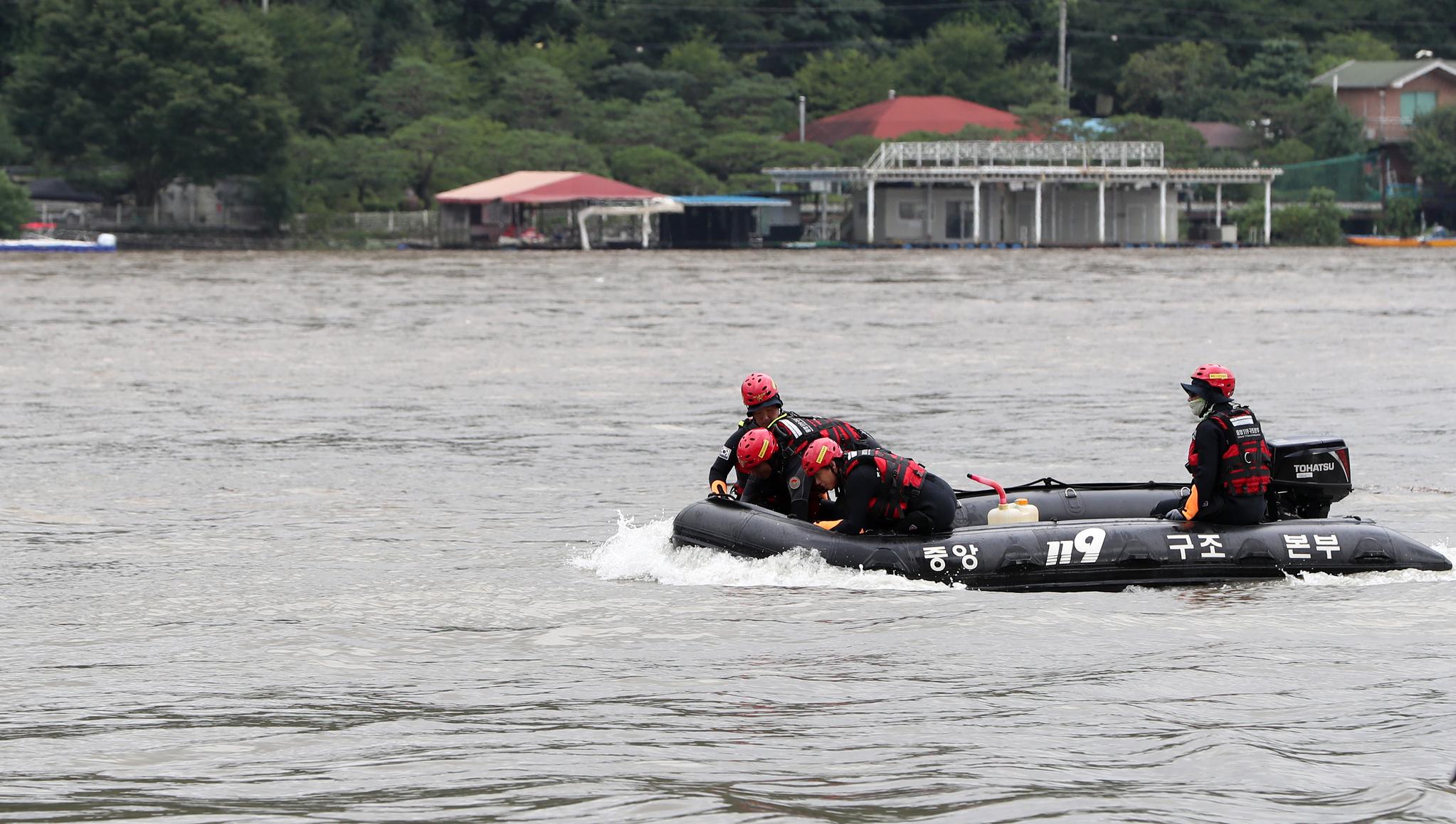 6일 오후 경기 가평군 남이섬 선착장 인근 북한강에서 소방대원들이 의암댐 선박 침몰 사고 실종자를 수색하고 있다. 연합뉴스