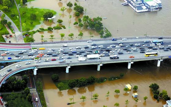 서울 주요 도로 곳곳이 높아진 한강 수위로 통제돼 극심한 정체 현상을 보인 6일 원효대교에 퇴근길 차량들이 길게 늘어서 있다.