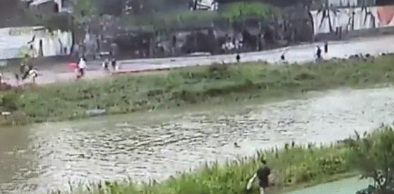 지난 5일 오후 경기도 의정부시 신곡동 신의교 아래 중랑천에서 의정부경찰서 고진형 경장이 급류에 떠내려가는 어린이를 구조하기 위해 물 속을 헤엄쳐 가고 있는 모습. 의정부경찰서