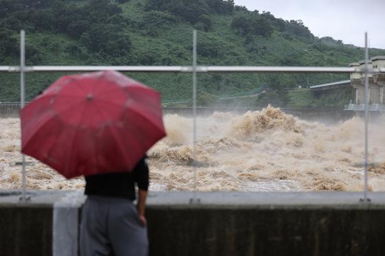 6일 오전 경기도 연천군 군남댐에서 장맛비로 인한 임진강 홍수를 조절하기 위해 물이 방류되고 있다. [연합뉴스]