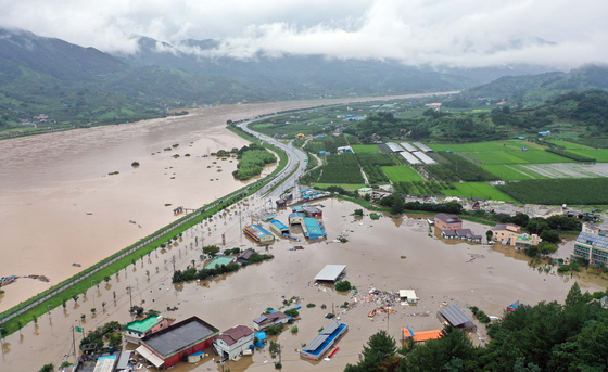 물에 잠긴 마을…물폭탄이 섬진강 제방 100여m 무너뜨렸다