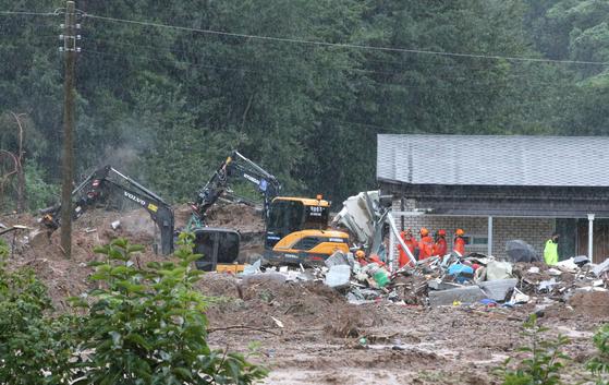소방당국과 경찰이 8일 전남 곡성군 오산면 성덕마을 산사태 현장에서 수색작업을 벌이고 있다. 프리랜서 장정필