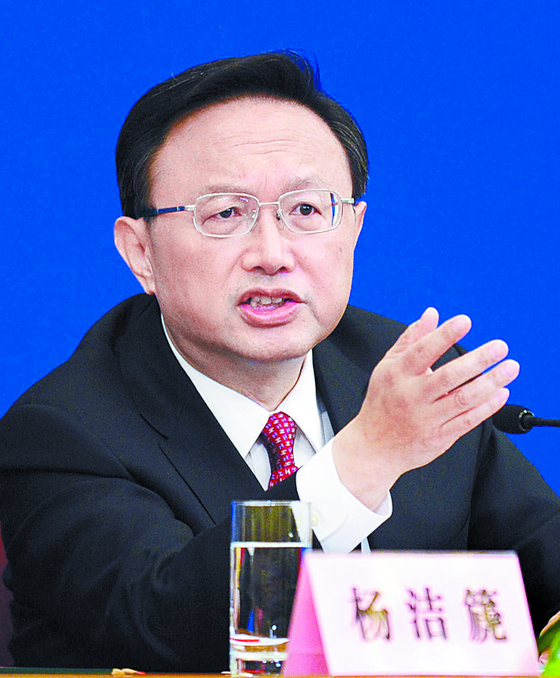"""양제츠 중국 정치국원이 7일 중국 외교부 홈페이지에 글을 올리고 """"중국 공산당과 중국인을 이간질 하려는 계획은 반드시 실패할 것""""이라고 경고하는 동시에 미중 간 대화와 협력을 촉구했다. [AFP=연합뉴스]"""