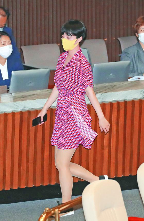 류호정 정의당 의원이 원피스를 입고 4일 오후 서울 여의도 국회에서 열린 본회의에서 잠시 퇴장하고 있다. 연합뉴스