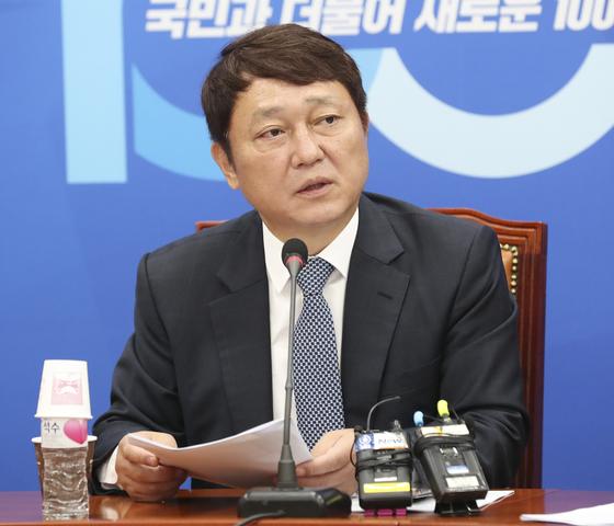 지난해 7월18일 국회에서 열린 더불어민주당 일본 경제침략대책 특별위원회 전체회의에서 최재성 위원장이 발언하고 있다. 임현동 기자