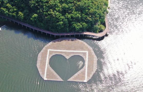 지난 6일 오전 강원도 춘천시 의암호에서 경찰정 등 선박 3척의 전복 사고가 발생했다. 사진은 사고 전 의암호의 하트 모양의 인공 수초섬의 모습. 뉴스1