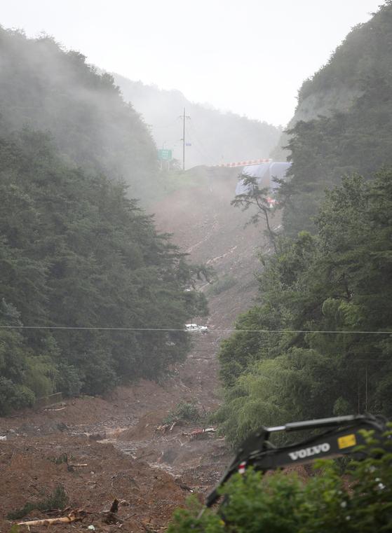 8일 전남 곡성군 오산면 성덕마을에 산사태 때문에 밀려든 토사가 산 능성까지 이어져 있다. 프리랜서 장정필