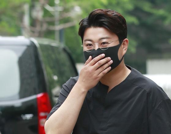 가수 김호중(29)이 7일 자신의 폭행 의혹을 제기한 전 여자친구의 아버지를 명예훼손 등의 혐의로 고소했다고 밝혔다. 뉴스1