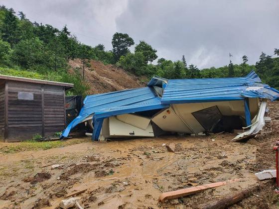산사태가 발생해 인근 주택을 덮쳤다. 사진 소방청