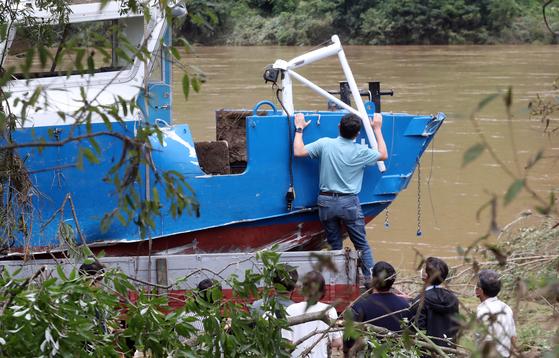 나뭇가지 붙잡은 채…의암댐 실종 3일만에 숨져 돌아온 경찰