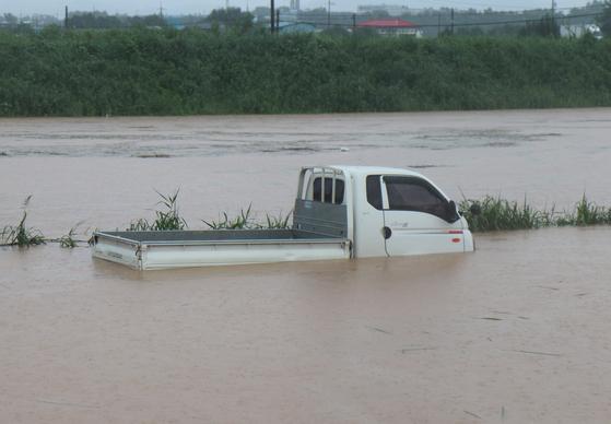 7일 오전 10시 56분께 전북 익산시 춘포면의 한 농로를 지나던 트럭이 빗물에 잠겨 운전자 등 2명이 구조됐다. 연합뉴스