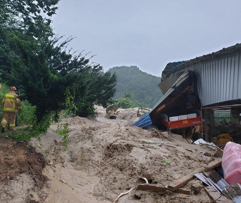 8일 10시50분쯤 호우경보가 내려진 경남 거창군 주상면 연교리 한 야산에서 토사가 유출돼 80대가 숨졌다. 사진은 토사유출 모습. 사진 경남소방본부