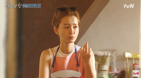 최근 방송에서 마스크 스트랩을 착용한 배우 정유미. [tvN 유튜브 캡처]
