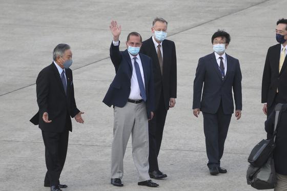 알렉스 에이자 미국 보건복지부 장관이 9일(현지시간) 대만 타이베이 쑹산 공항에 도착해 손을 흔들고 있다. [AP=연합뉴스]